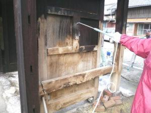 噴霧器でアク取り洗浄剤A3を塗布すると、灰汁が湧き出てきました。
