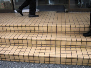 雨の日、滑る事務所前の階段