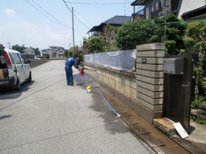 カビ取り洗浄剤A2が塗布された大谷石を洗浄器で洗浄。
