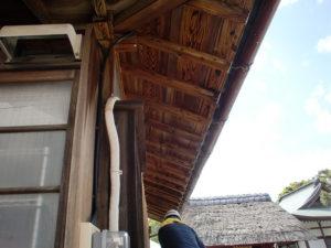 水洗い後、木部シミ抜き洗浄剤S4を吹き付け直後の木部