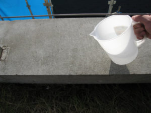 ベランダ手摺り上にも防水剤塗布後、撥水を確認