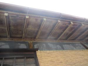 木部アク抜き用洗浄剤A3をガンで塗布すると、灰汁が浮いてきました