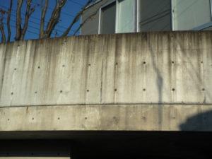 築5年、撥水剤塗装の効果なく汚れたコンクリート建築のテラス部