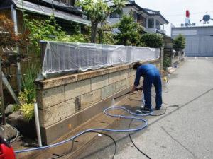 カビ取り洗浄剤A2が塗布された基礎コンクリートを洗浄器で洗浄。