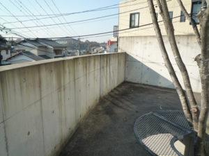 築5年、撥水剤塗装の効果なく汚れたコンクリート建築のテラス部の庭側