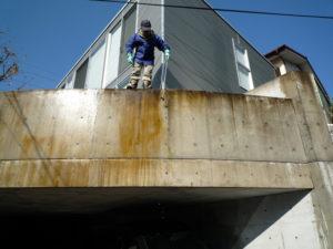 コンクリートの洗浄に万能クリーナーA6を塗布しました。