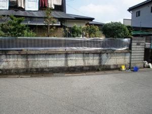 カビ等ので汚れた大谷石の塀