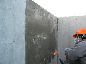 コンクリート壁面にフェイスガード防水剤XP100を塗布