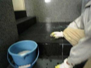 石材のラップを剥がしアルカリスーパーA7で浮き上がった油を洗浄しました