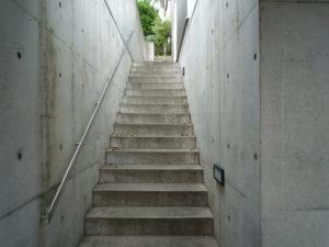 築5年、撥水剤塗装の効果なく汚れたコンクリート建築の階段通路