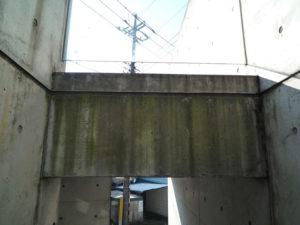 築5年、撥水剤塗装の効果なく汚れたコンクリート建築の通路、開口部