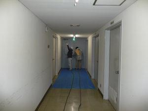 法医解剖室・安置室への臭気漂う廊下