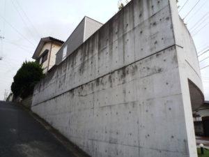 築5年、撥水剤塗装の効果なく汚れたコンクリート建築