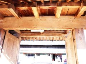 乾燥後、欅の冠木門は甦りました。