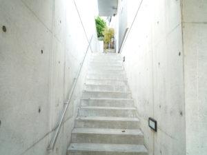 洗浄、防水剤塗布後で、自然美のコンクリート建築が蘇りました。