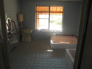 ディサービスの漆喰壁の浴室