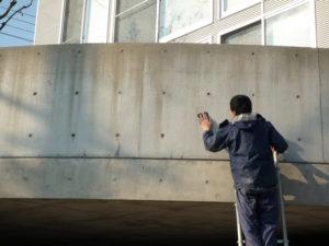 万能クリーナーA6を塗布したコンクリートをスコッチで擦り落とししました。