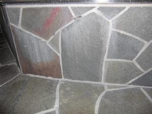 エフロ錆取用洗浄剤S5を目地のエフロに塗布し、エフロを少しづつ溶かしました
