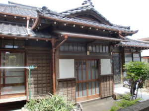雨シミ・日焼けで汚れた築50年の本格的木造建築の灰汁洗いと保護塗装を依頼されました