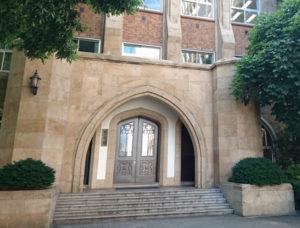 有形文化財学習院大学西1号館の屋上のタイルと砂岩石