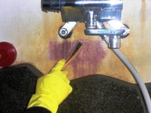浴室漆喰のさびを除去