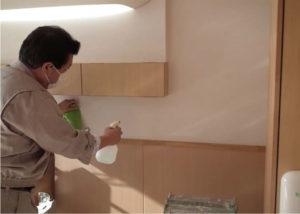 洗浄アルコールを室内全体に塗布