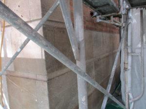 西2号館の砂岩石は劣化、風化が進行しておりました。