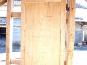 水洗い後の欅の扉