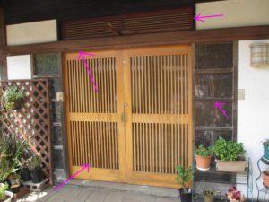 塗装面が痛んだ世田谷区の木造住宅の玄関引き戸と玄関木部