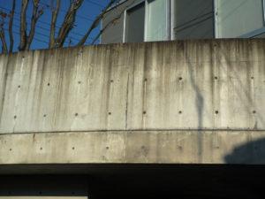 築5年で汚れたコンクリート打ち放し建築のベランダ