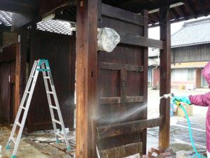 シミ抜き洗浄剤と塗布した木材を水洗いしました