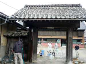洗浄前の築140年日焼けで汚れた冠木門