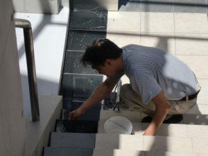防水層を作る石材用上塗り剤を塗布