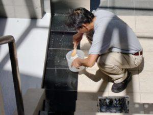 防滑確認後、直ちに中和剤を塗布して水洗い