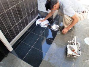 5-10分後、表面に残る無機分を拭取る