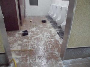 中性洗浄剤を床面を洗浄し、汚水汚れを除去