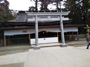 住宅裏側の樹木に囲まれた鹿島神宮本殿
