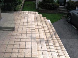 滑り止めと汚れ防止のタイルの階段