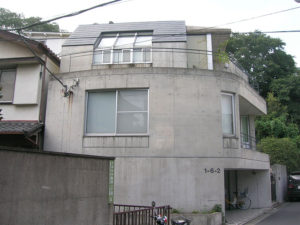 築20年の汚れたコンクリート建築