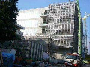 武蔵野美術大学2号館新築現場東面全景