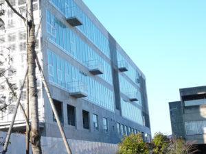 武蔵野美術大学2号館新築現場北面完成後の全景