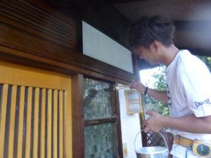 木枠のアク抜きに(洗い上手-木部アク抜き用洗浄剤A3)を塗布