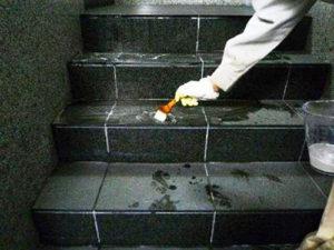 アルカリスーパーA7を塗布して床を洗浄