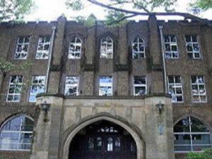 有形文化財学習院大学南1号館の屋上のタイルと砂岩石
