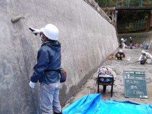 水路のモルタルへWater Proof-Cの2回目塗装