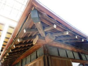 日焼けやシミで汚れた築50年の本格的木造建築