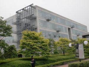 8年後の武蔵野美術大学2号館北面には汚れの痕がありません