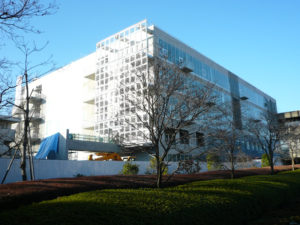 工事が完了した武蔵野美術大学2号館全景
