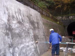 水路のモルタルへWater Proof-Cの1回目塗装