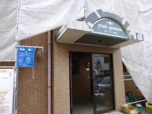 施工中のマンション玄関